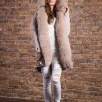 Beige parka med sølvræv pels